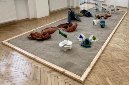 """Zdjęcie ekspozycji """"Playground"""" w przestrzeni Galerii Nowolipki."""