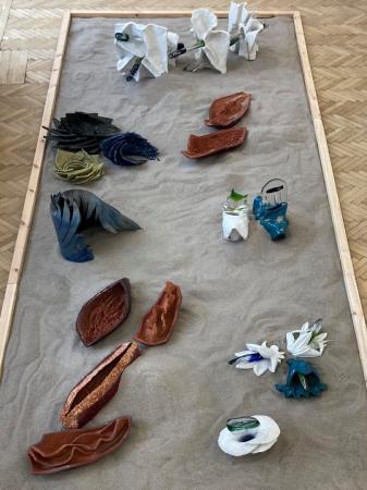 """Kadr z góry na fragment wystawy """"Playground"""" Barbary Falender."""