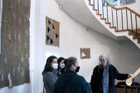 """Na fotografii Katarzyna Markiewicz z gośćmi na swojej wystawie pod tytułem """"Owady""""."""