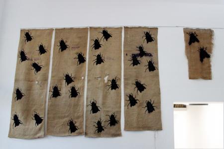 Zdjęcie tkanin Katarzyny Markiewicz z dużą ilością owadów.