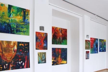 """Kadr na 1 piętrze wystawy malarstwa """"Kolor bez miary"""" Gabryelli Miłowskiej-Moląg."""