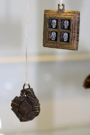Wisiorki z wystawy MetaLove