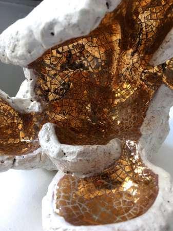 Ceramika ze złotym detalem.