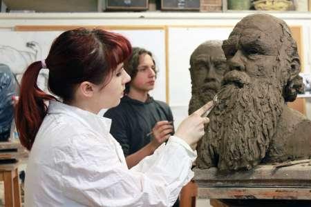 Rzeźbienie głowy w glinie. E. Sokołowska