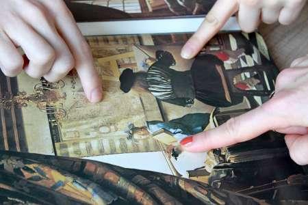Uczestnicy zajęć wskazują na obraz  Jana Vermeera. Fot. E. Sokołowska