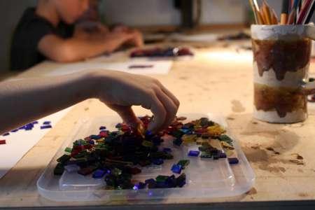 Układanie kolorowych szkieł. Pracownia witrażu. Fot. E. Sokołowska